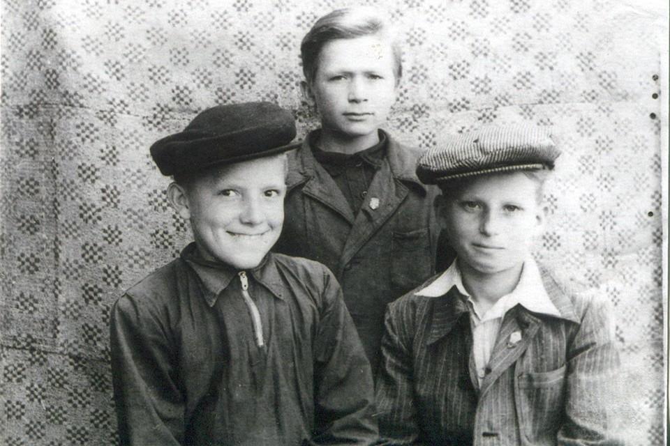 После школы Иосиф, Женька и Валентин поехали на лесозаготовки в Архангельскую область. А на премию купили новенькие велосипеды.