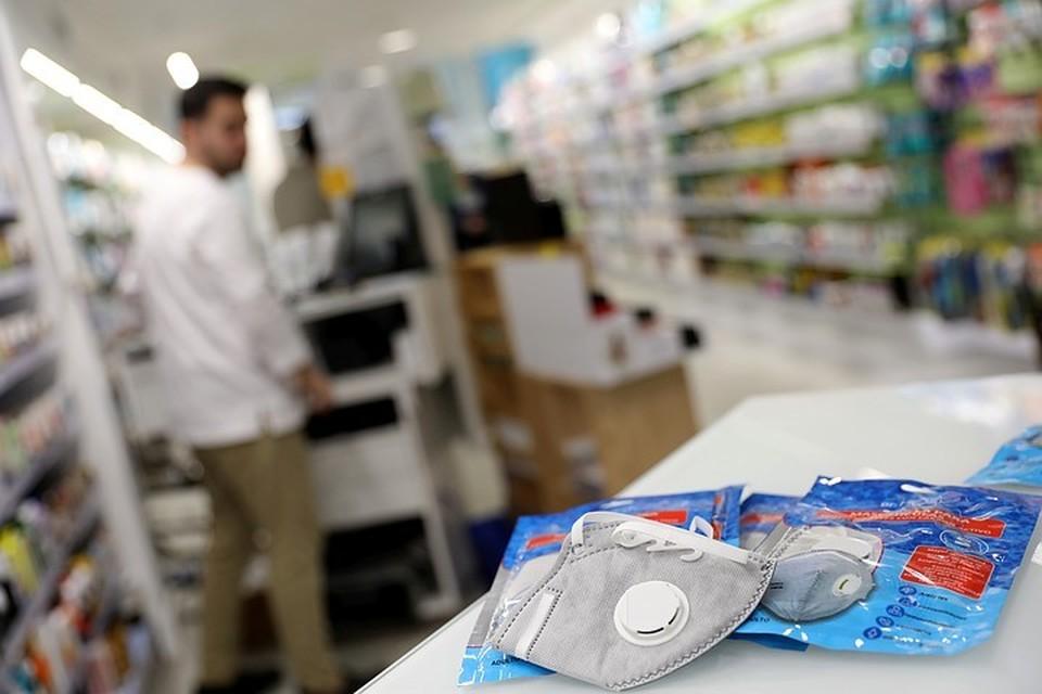 Президент Путин заявил на совещании с правительством, что нужно отбирать лицензии у аптек, которые завышают цены на маски на волне борьбы с коронавирусом