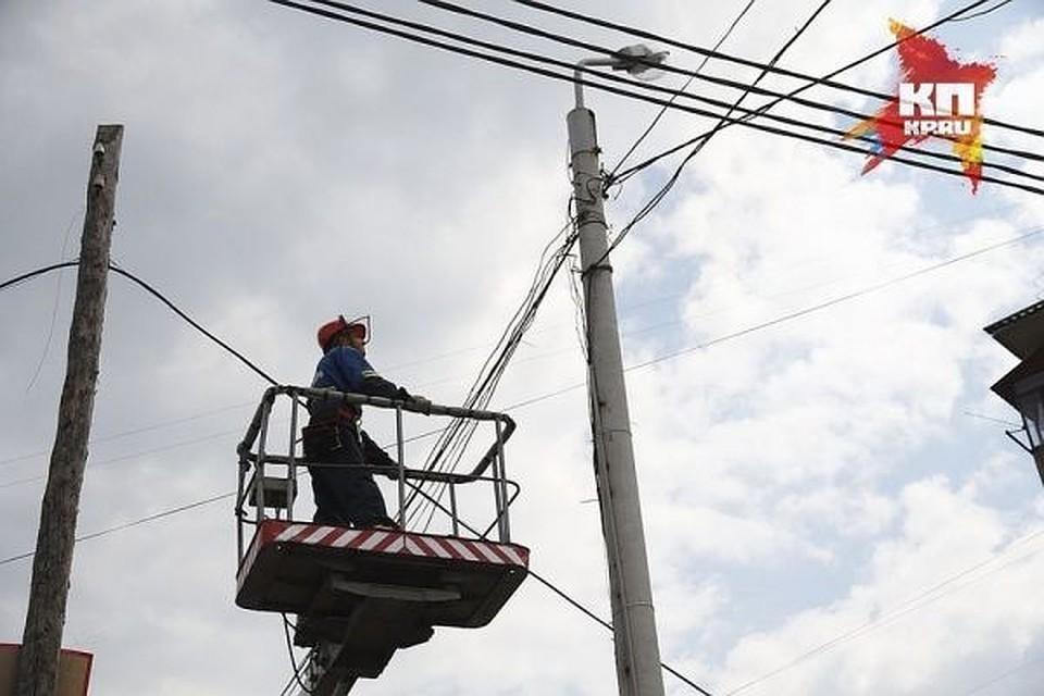 """Электрики будут проводить плановые работы на сетях Фото: архив """"КП"""""""