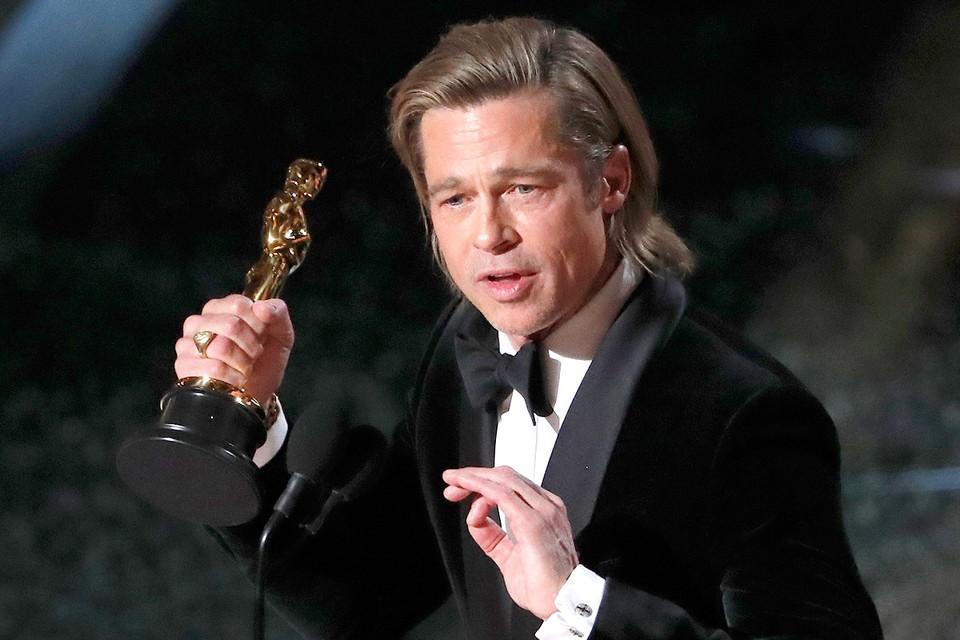 """Брэд Питт с """"Оскаром"""" за свою роль в фильме """"Однажды в Голливуде""""."""