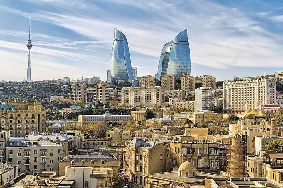 Столица Азербайджана неуловимо похожа на столицу России - на фоне исторических кварталов всплывают высотки и телебашня. А вот политические эксперименты в наших странах - такие разные.