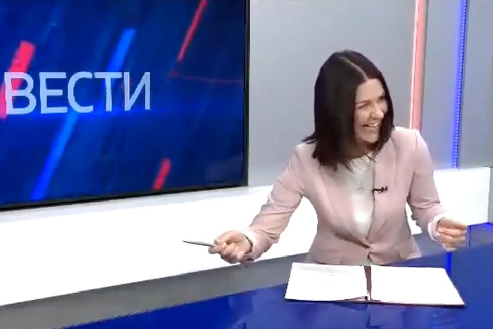 Кадр из неудачного дубля, где журналист смеется после новости о повышении льгот