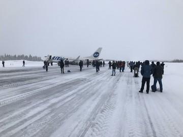 Самолет, который совершил жесткую посадку в аэропорту Усинска, убрали с полосы