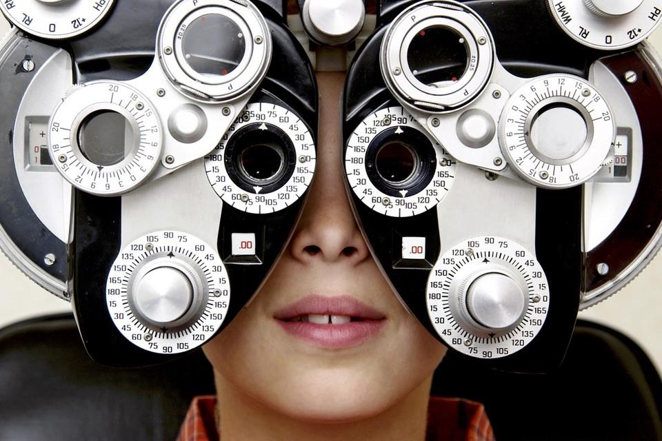 После 35 лет необходим ежегодный осмотр у офтальмолога, который выявит симптомы болезней на ранних стадиях.