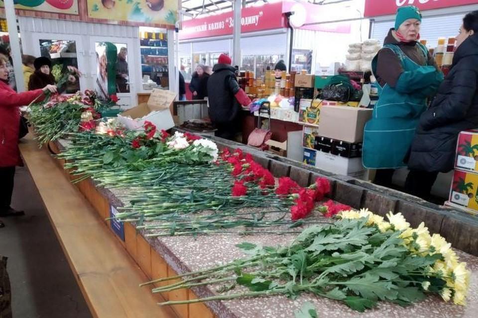Торговое место Вадима Янголенко и Дарьи Ефимовой на следующий день после трагедии.