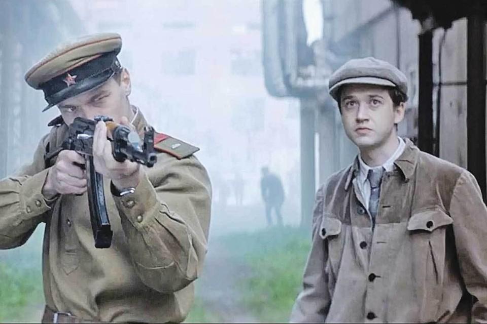 Калашников (Юрий Борисов - слева, в кадре с Эльдаром Калимулиным) испытывает свое детище. Фото: Кадр из фильма.