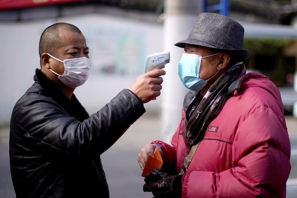 Уличная проверка температуры тела.