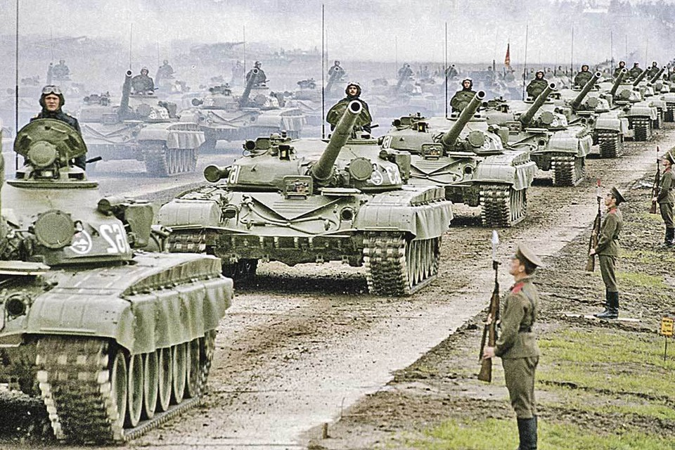В сентябре 1981 года проводились самые крупные учения во времена СССР «Запад-81» (100 тысяч участников). На фото - полевой смотр войск. А в недавних учениях «Восток-2018» участвовали 300 тысяч военнослужащих.В сентябре 1981 года проводились самые крупные учения во времена СССР «Запад-81» (100 тысяч участников).