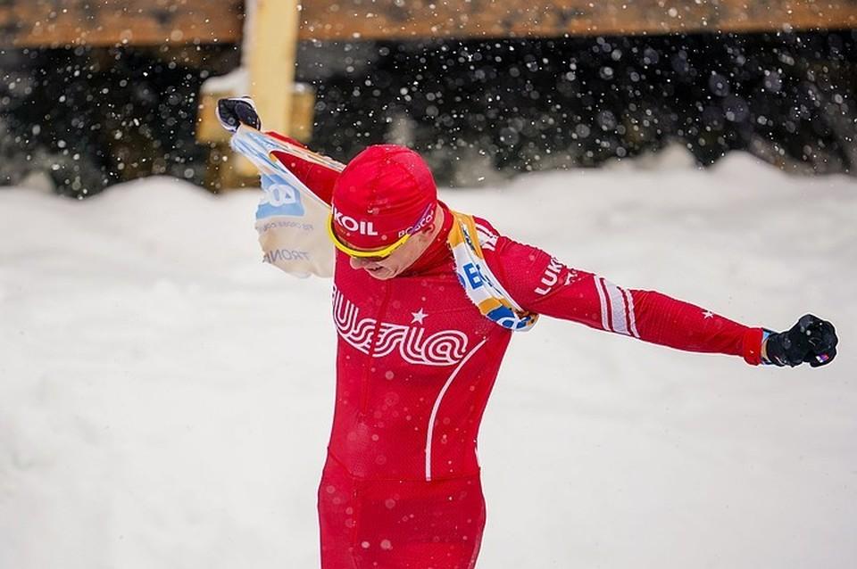 Лыжник Александр Большунов разорвал на финише свою форму. Фото: EPA