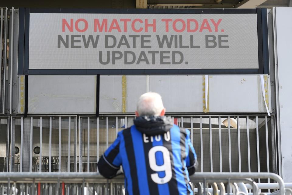 Болельщик у стадиона Сан-Сиро в Милане, где футбольный матч высший лиги итальянского футбола был отменен из-за коронавируса.