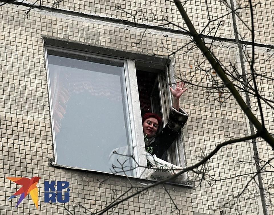 «КП», соблюдая все строжайшие правила Роспотребнадзора, передала продукты Дарье. Пакет пришлось затаскивать по веревке на 7 этаж.
