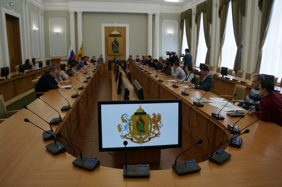 За столом с представителями власти собрались общественники, руководители школ, детсадов, депутаты, специалисты в различных отраслях.