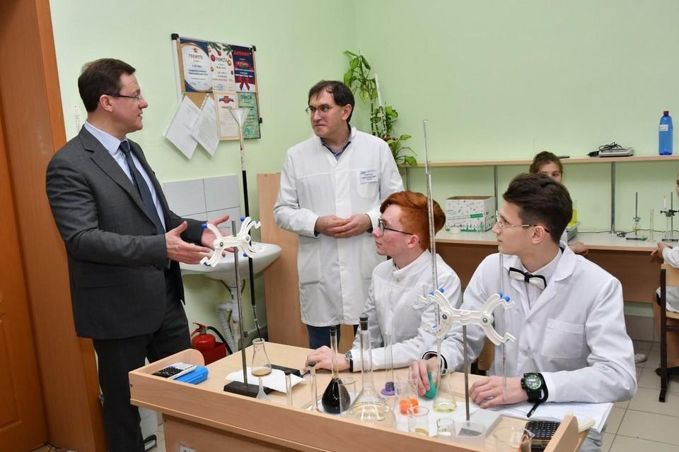 Ребята и учителя провели губернатору экскурсию по центру. Фото: Правительство СО
