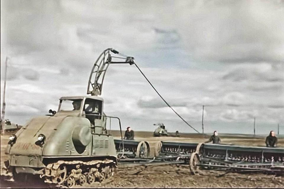 Трактор на электричестве ХТ3-12 засветился в советском фильме «Кавалер Золотой Звезды» (1950) с Сергеем Бондарчуком в главной роли. Фото: Кадр из фильма.