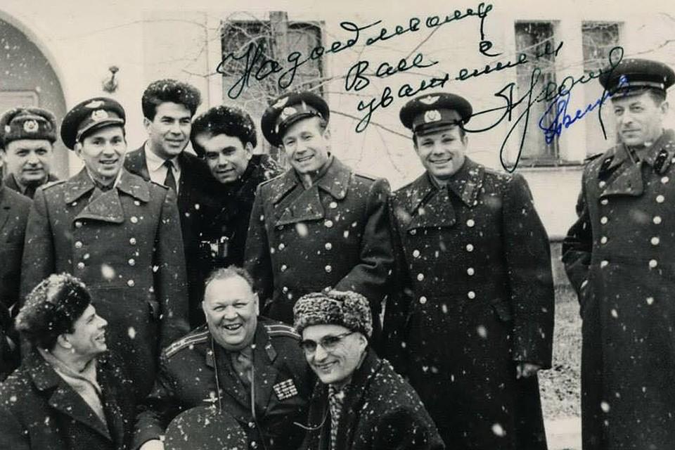 Журналист Василий Песков с легендами советской космонавтики.