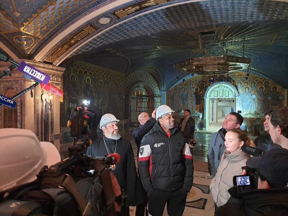 В субботу, 14 марта, знаменитый американский боксер-профессионал Рой Джонс посетил строящийся главный храм Вооруженных сил РФ в Подмосковье. Фото: Минобороны РФ