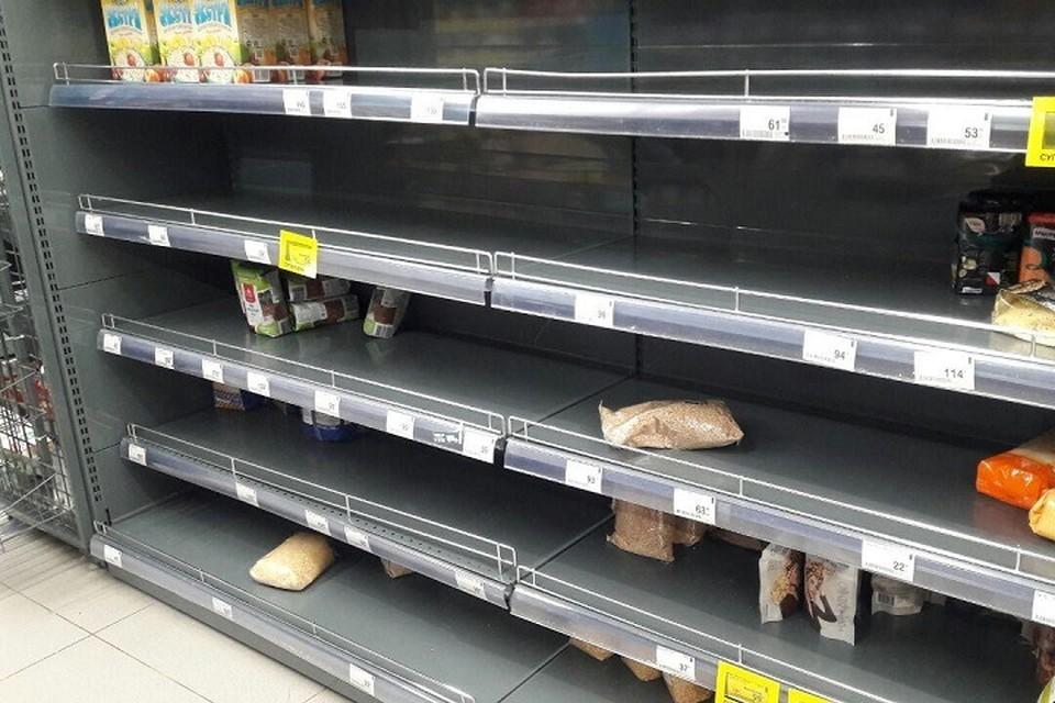 В сети появились фотографии пустых полок в магазинах Петербурга