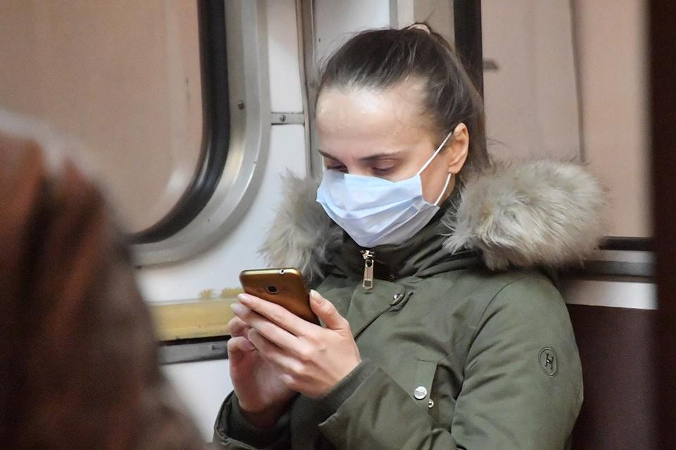 Пассажирка в медицинской маске в столичном метро.