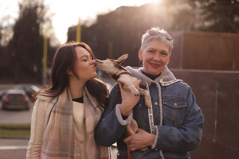 Юлия и Наталья Подолян с собачкой Молли. Фото: Яна Студеникина