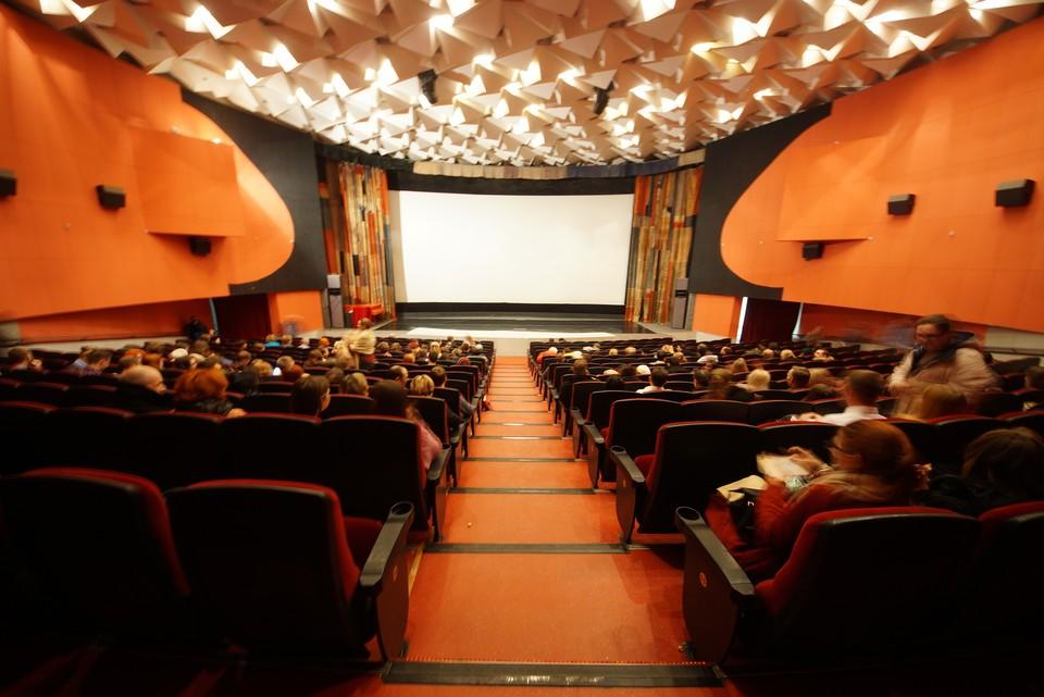 В Челябинске начали закрываться кинотеатры из-за коронавируса.