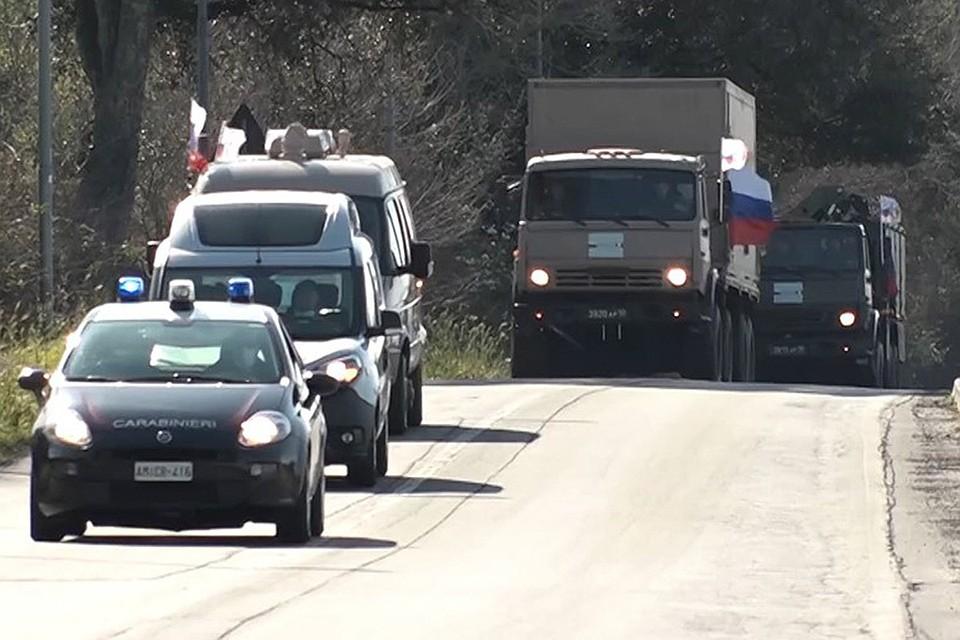 Колонна российских военных медиков на итальянских дорогах.