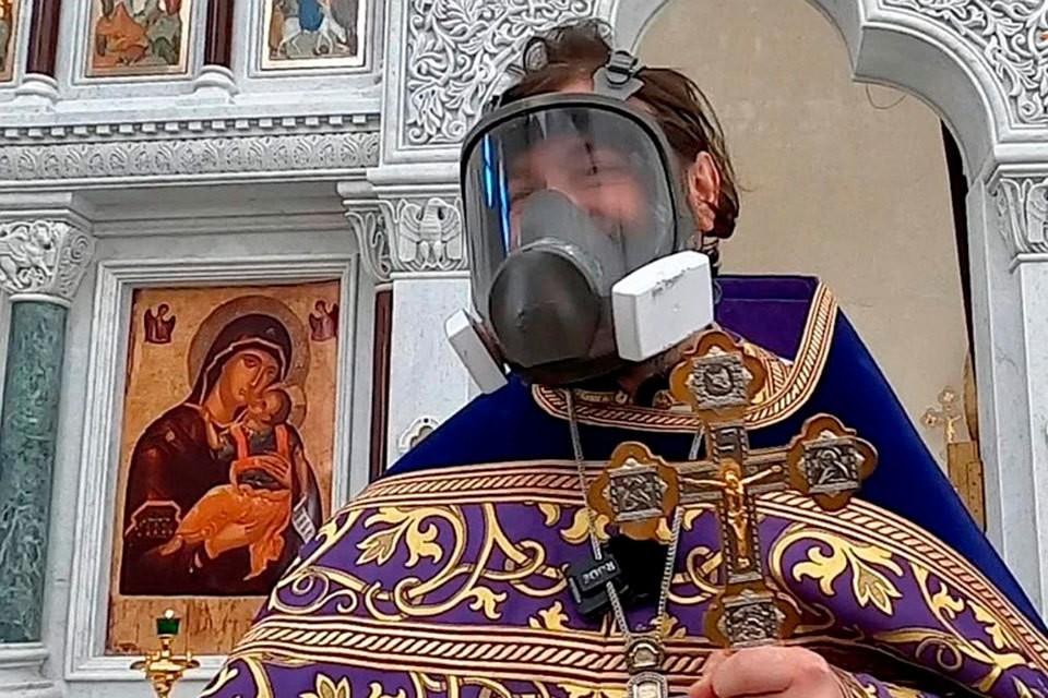 ГОЛОВАНОВ Известный священник Андрей Ткачев в это воскресенье в шутку вышел на проповедь в противогазе.