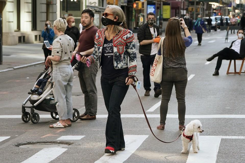 Американцы и сейчас продолжают пренебрегать мерами безопасности и гуляют по улицам больших городов.