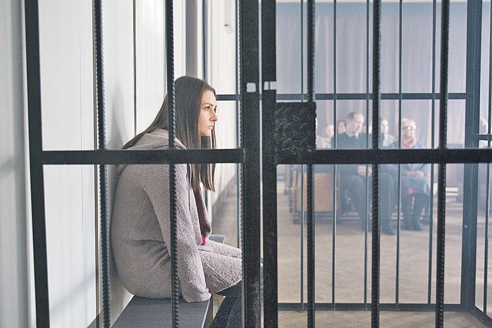 Героиня Глафиры Тархановой попадет в тюрьму, отсидит, выйдет на свободу и с чистой совестью пойдет работать на паром. Фото: Канал «Россия 1»