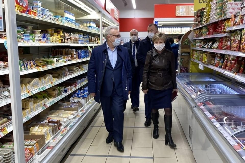 Губернатор Александр Усс лично проверил продуктовые магазины. Фото: пресс-служба правительства края