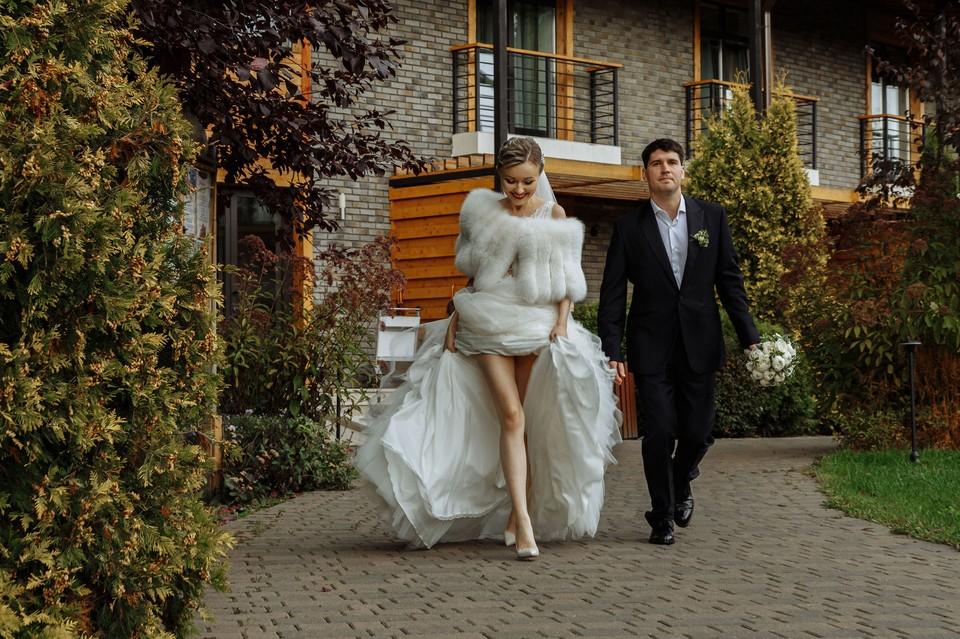 Лена и Денис сыграли свадьбу, собрав на нее друзей и близких. Тех, кто был рядом в трудные времена.