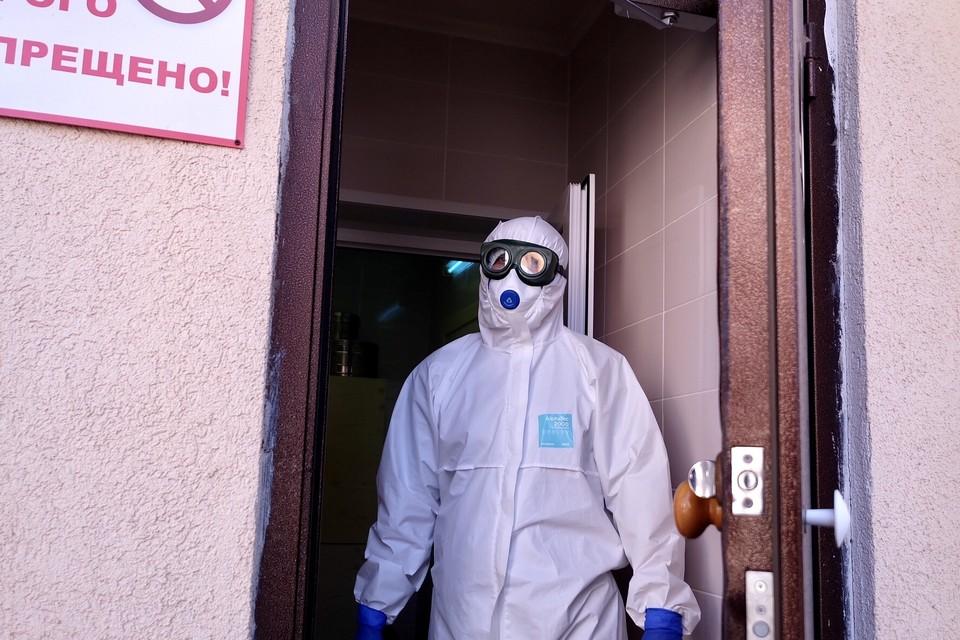 Врачей инфекционной больницы упаковали полностью. Фото: пресс-служба минздрава НСО.