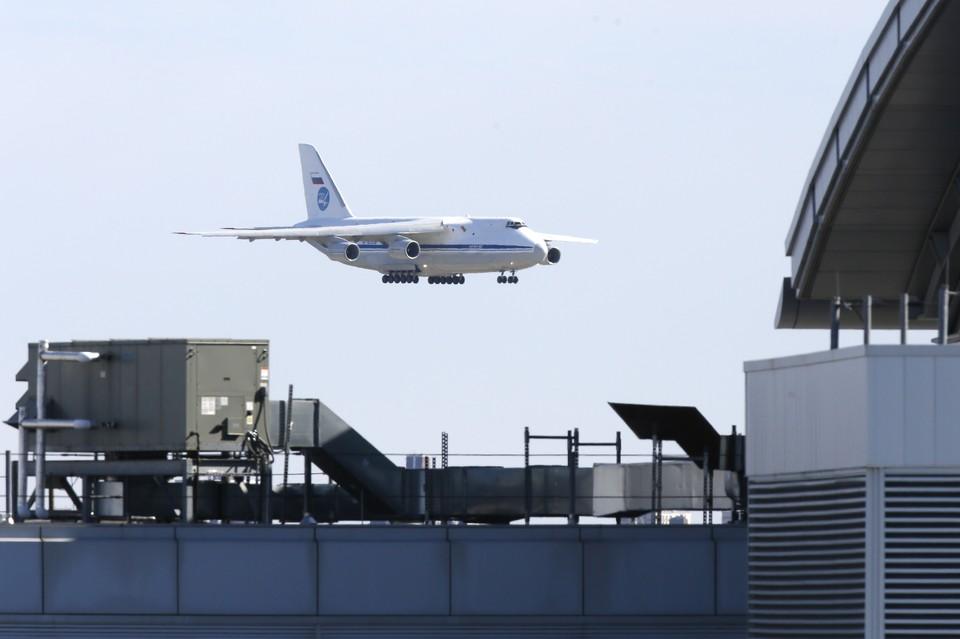 Посадка российского транспортного самолета с грузом для США в аэропорту Нью-Йорка, 1 апреля 2020 г.