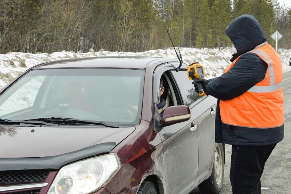 На въезде в Оленегорск всем меряют температуру и проверяют прописку. Фото: Сообщество главы Оленегорска