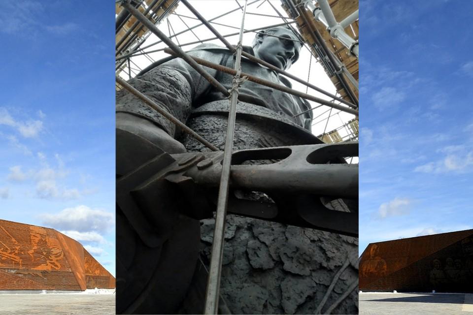 Коллаж с видом из-под полотна, закрывающего памятник. Фото: Андрей Коробцов/vk.com, ПТО