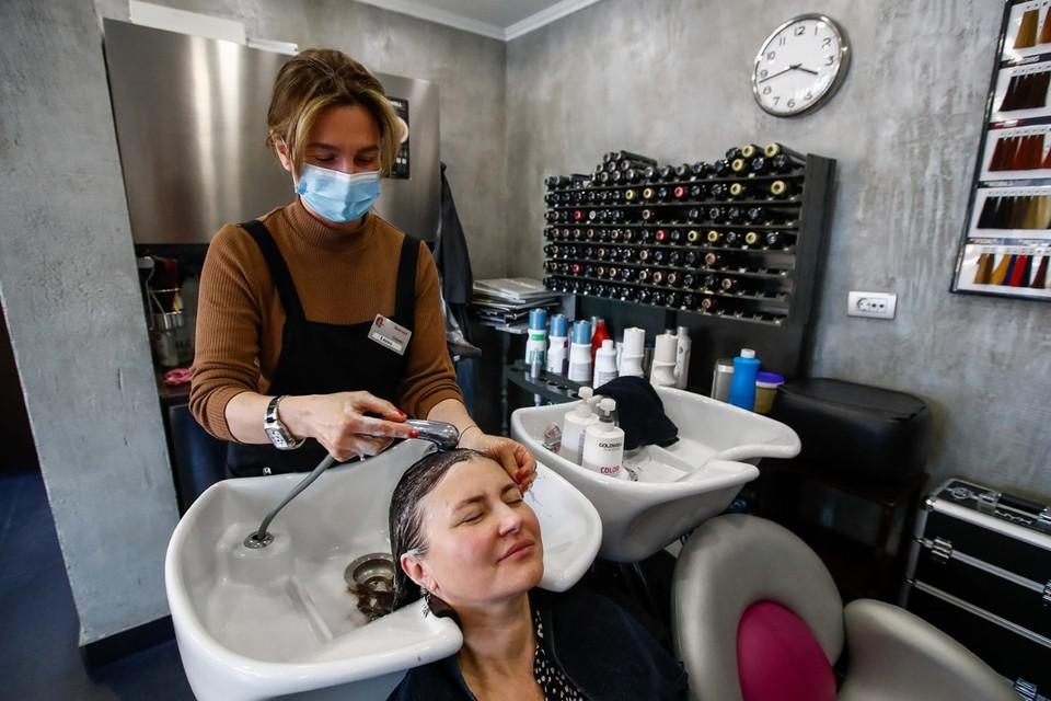 В Москве салоны красоты, косметологии, массажные салоны, сауны и бани смогут вернуться с 5 апреля к работе. Фото: Артем Геодакян/ТАСС