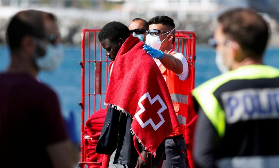 Африканский беженец, подобранный спасательным судном у испанских берегов.