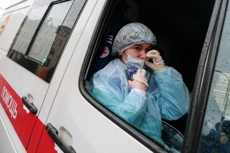 Врачи, работающие с коронавирусными больными в Ленобласти, получат дополнительные выплаты