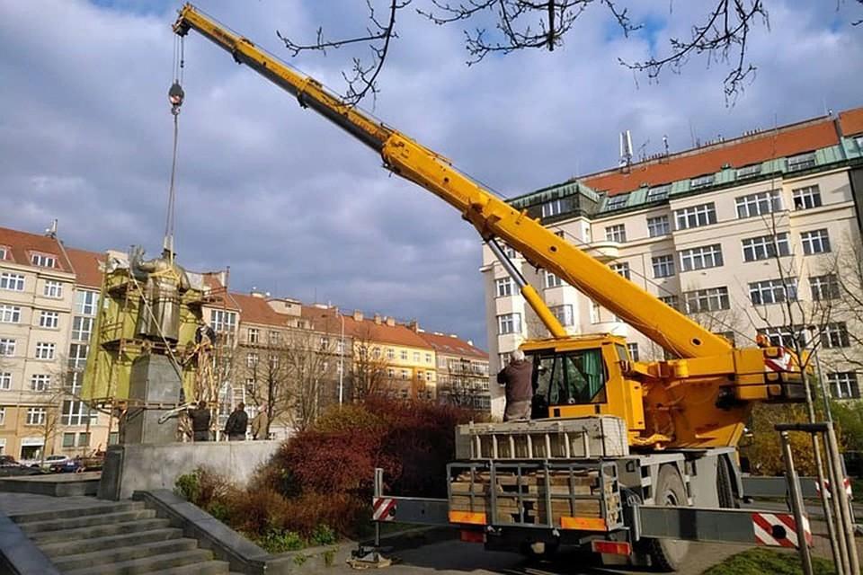 Среди подозреваемых в сносе скульптуры члены самоуправления одного из районов Праги