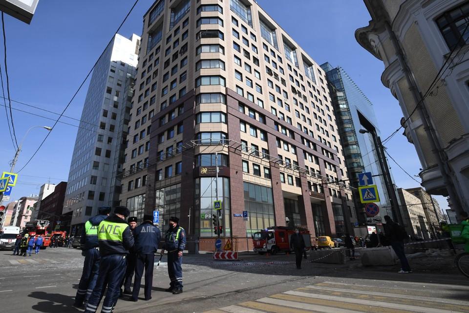 Взрыв произошел в пятиэтажном бизнес-центре на улице Юлиуса Фучика во втором часу дня четверга, 9 апреля.
