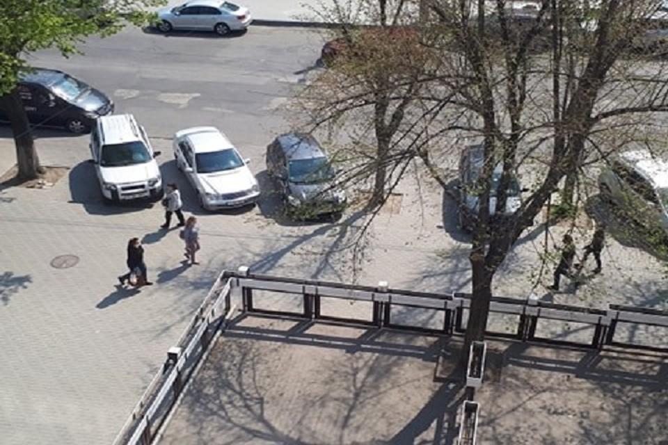 Людей на улицах Кишинева много.