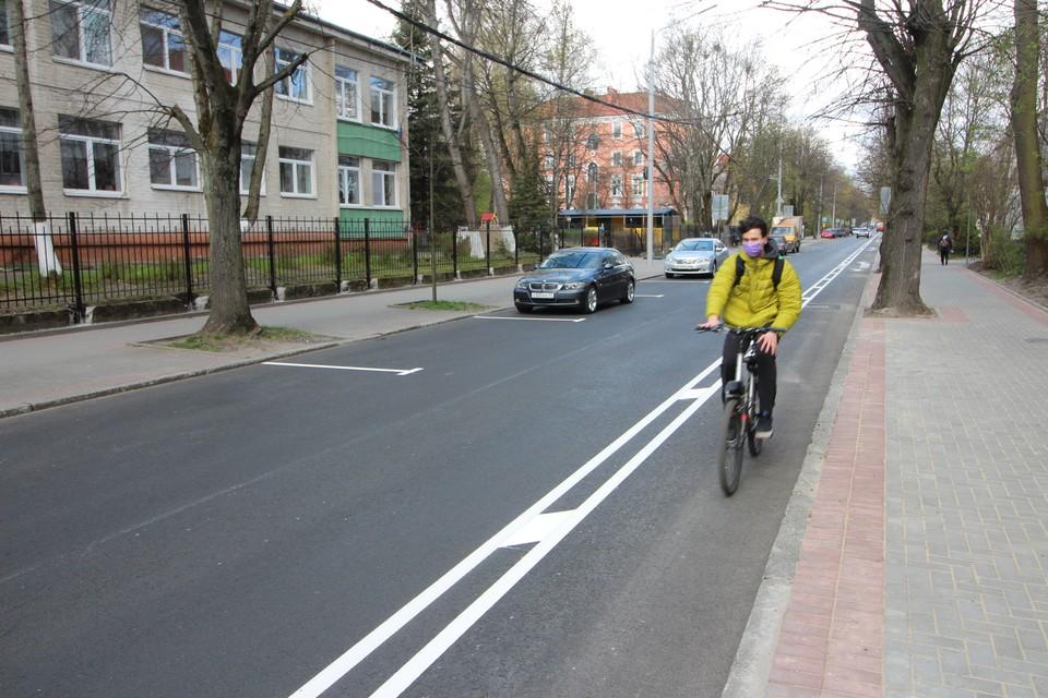 Новую полосу на Комсомольской уже тестируют велосипедисты.