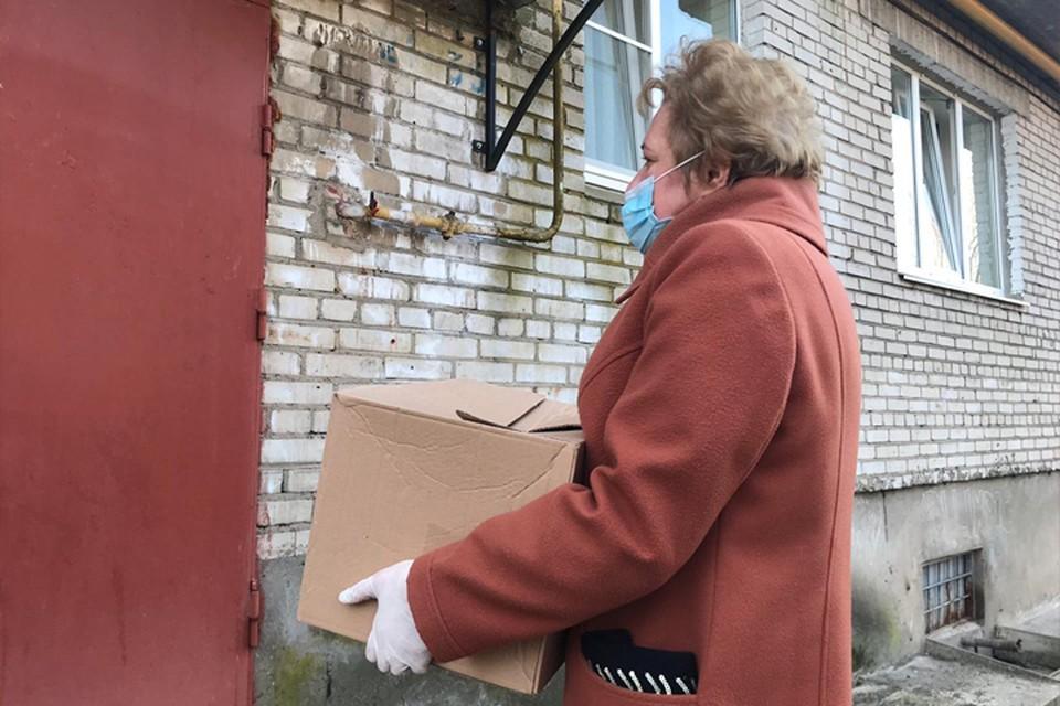 Жители Ленинградской области, нуждающиеся в поддержке, получили продуктовые наборы в дни самоизоляции. Фото предоставлено пресс-службой Комитета по местному самоуправлению, межнациональным и межконфессиональным отношениям Ленинградской области.