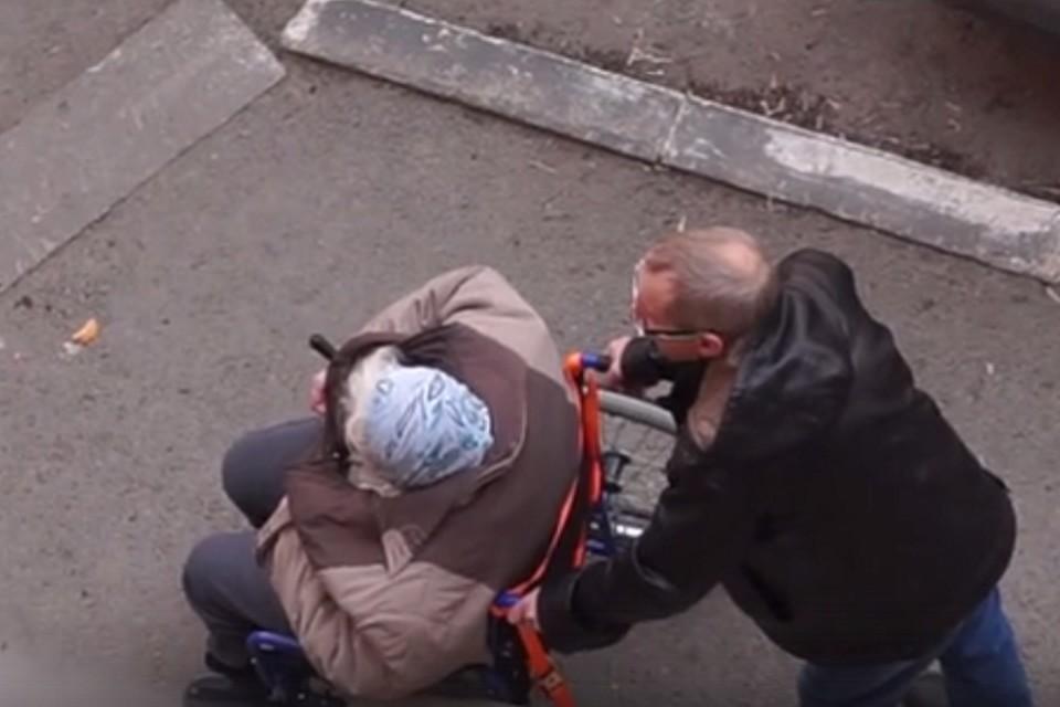 «Не притворяйся!»: в Тюмени семейная пара на улице избила старушку-инвалида. Скрин с видео