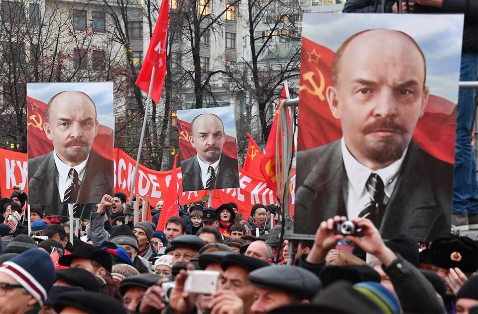 Потреты Владимира Ленина у участников коммунистического шествия в Москве.