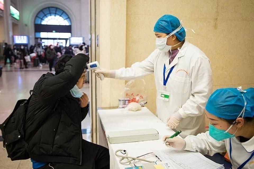 Кожа китайских врачей начала чернеть из-за коронавируса