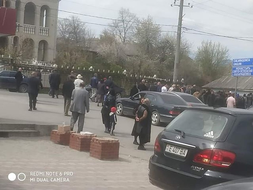 В Молдове во время эпидемии коронавируса устроили пышные и многолюдные похороны - с музыкой и поминками