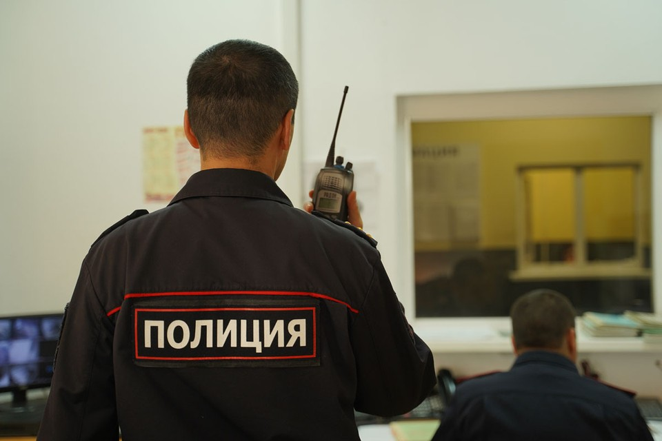 Сейчас поисками преступников занимается полиция, которой предстоит установить подозреваемых в ограблении.