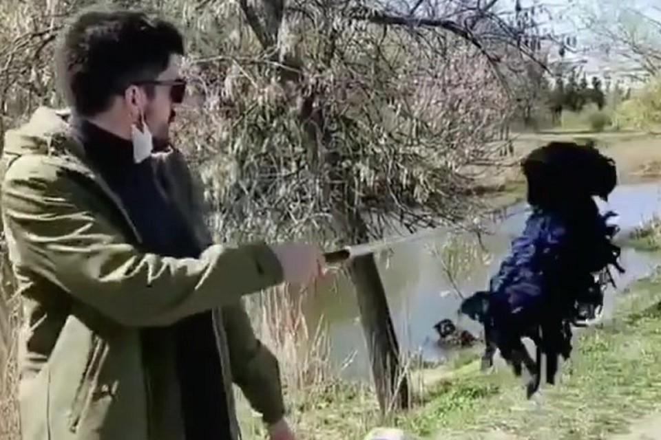 Мужчина отправился на прогулку с фальшивой собакой