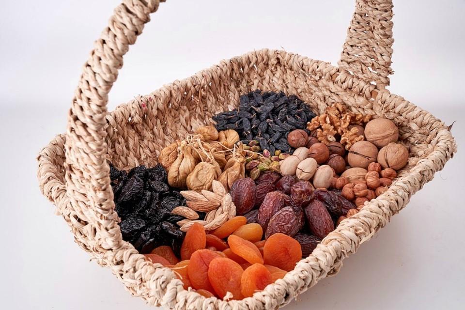 Полезные орехи и сухофрукты занимают важное место в рационе питания человека. Фото: pixabay.com