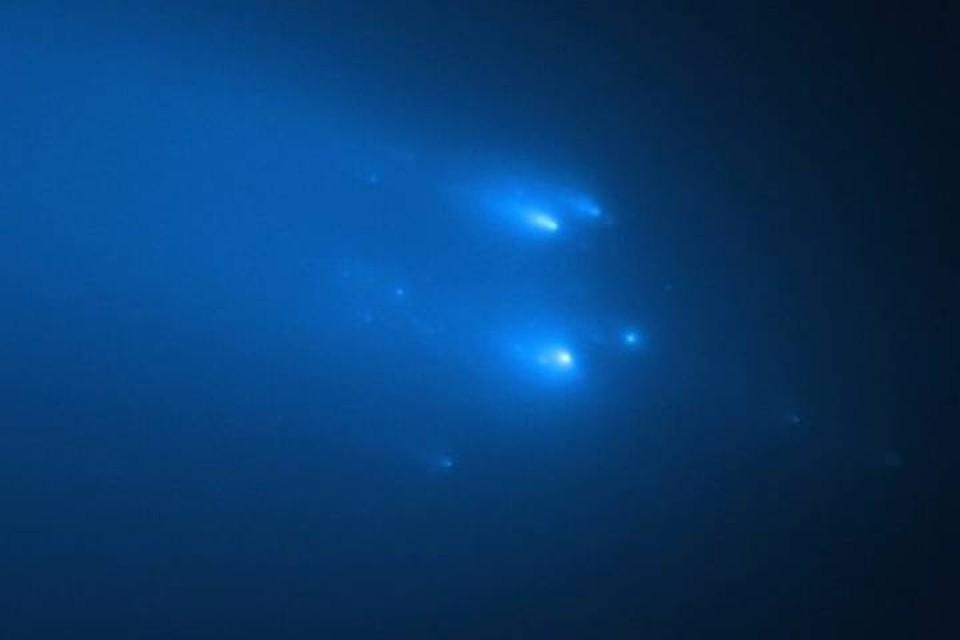 Астрономы сравнивают осколки разрушившейся кометы ATLAS (C2019 Y4) с елочной гирляндой.